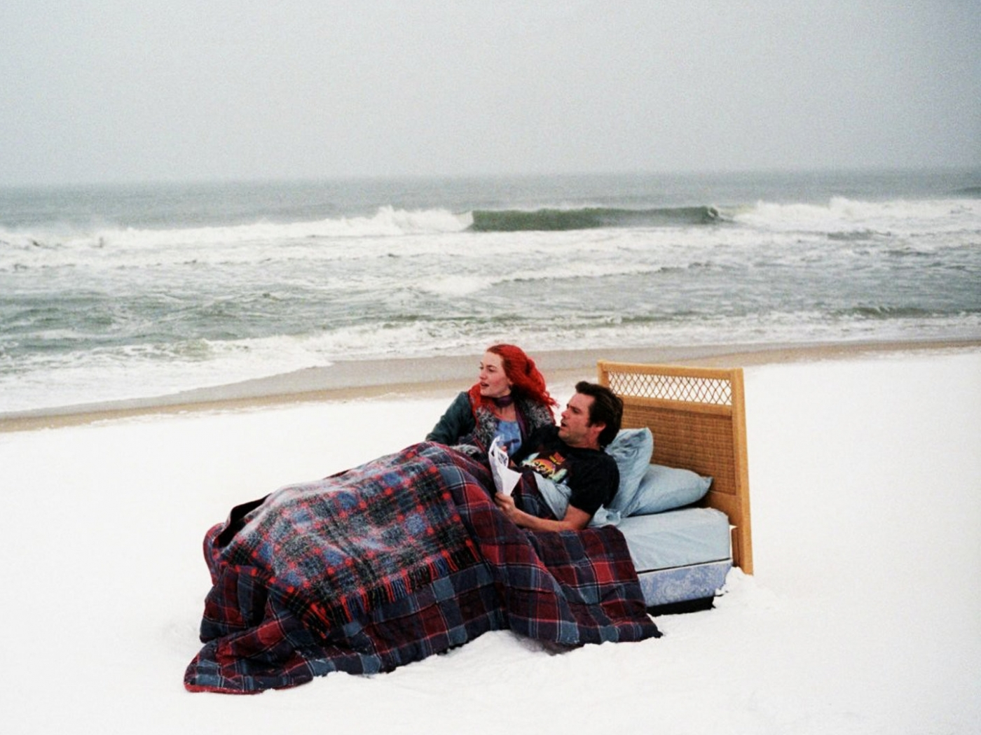 http://1.bp.blogspot.com/-FkX8FwPL2Js/T-__jJvROdI/AAAAAAAACZ0/w3nIaKbd_WI/s1600/eternal_sunshine_of_the_spotless_mind_sea_sand_beach_jim_carrey_kate_winslet_334_1400x1050.jpg