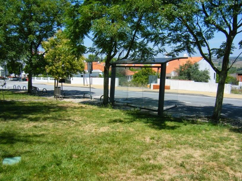 Paragem de autocarro ao lado do parque
