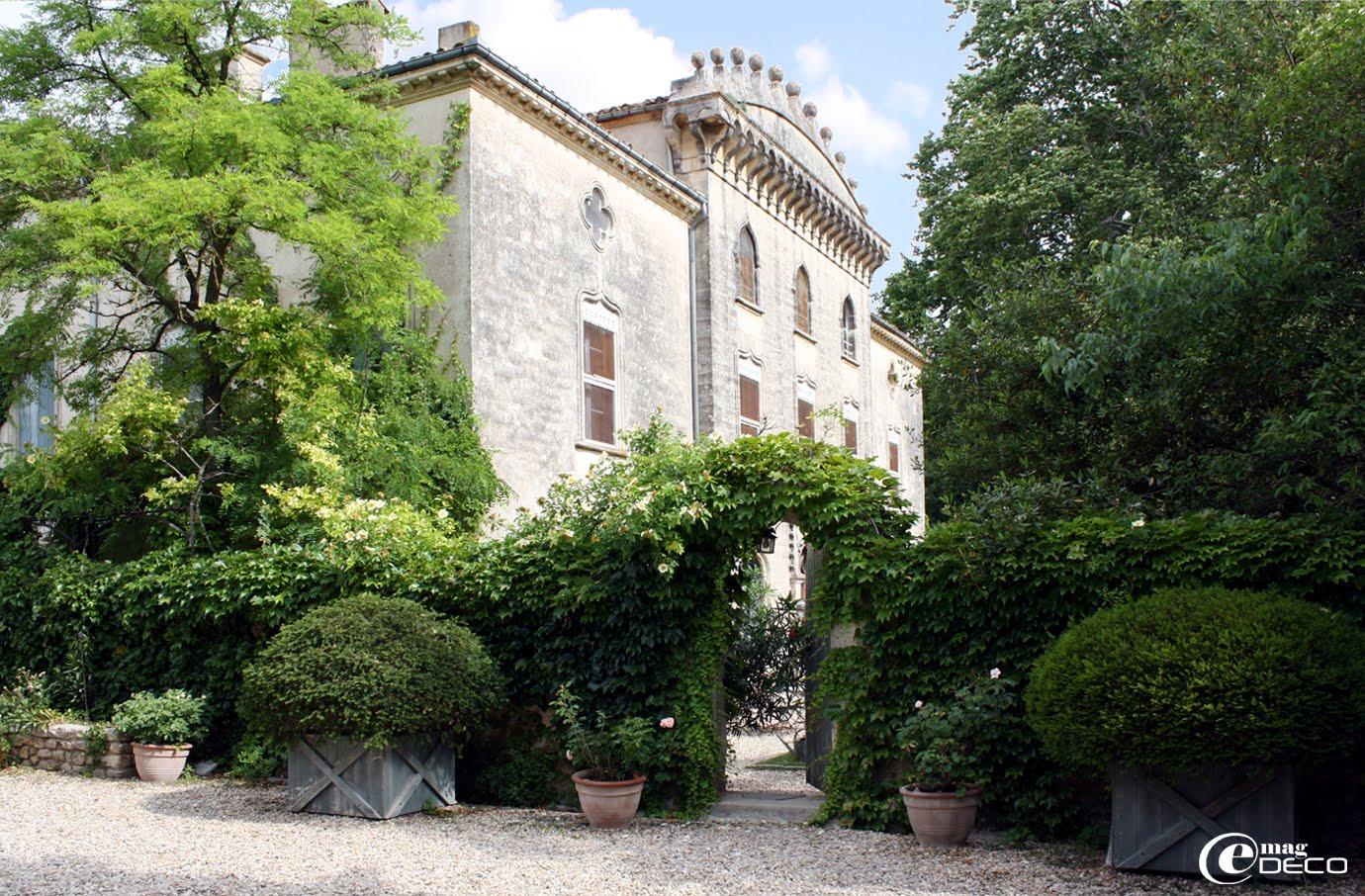 Le Château de Christin, à Junas en Languedoc, dans son écrin de verdure.