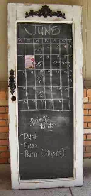 Kalendarz i farba tablicowa na starych drzwiach