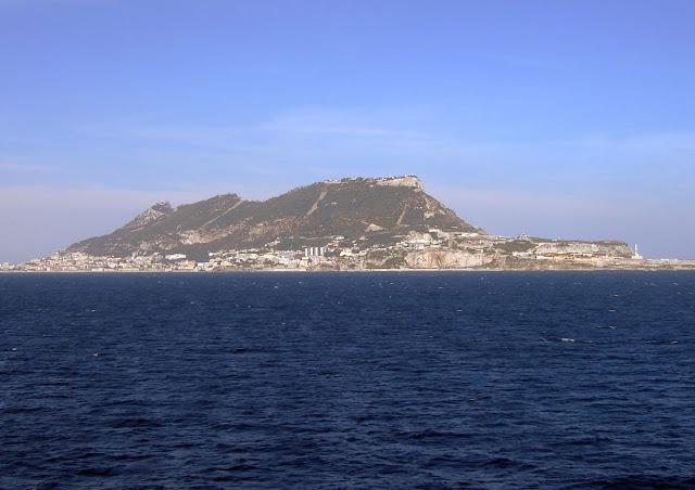 W zatoce Algeciras. Widok z promu na Gibraltar