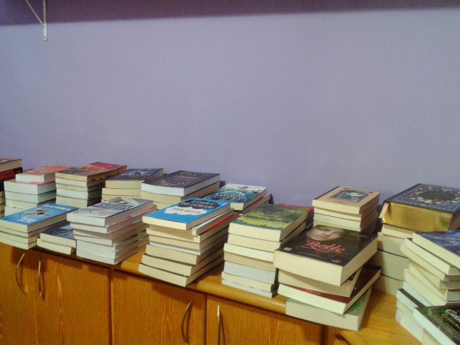 Essas são as estantes em que os livros irão ficar expostos. #7B450E 1600x1200