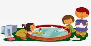 niños que juegan con barcos en el agua