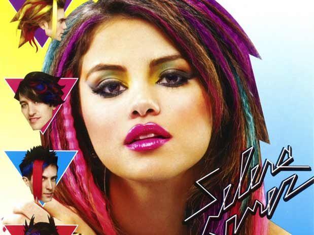 La bella cantante Selena Gómez posó con un peinado retro de colores