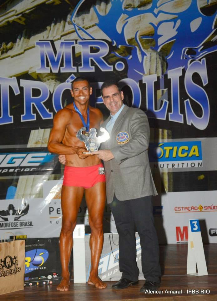 Breno Neves recebe troféu de campeão das mãos de Gustavo Costa, presidente da IFBB Rio. Foto: Alencar Amaral