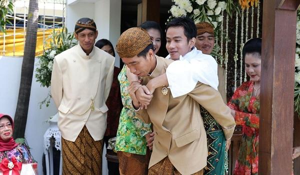 Gibran di Gendong Jokowi Setelah Siraman
