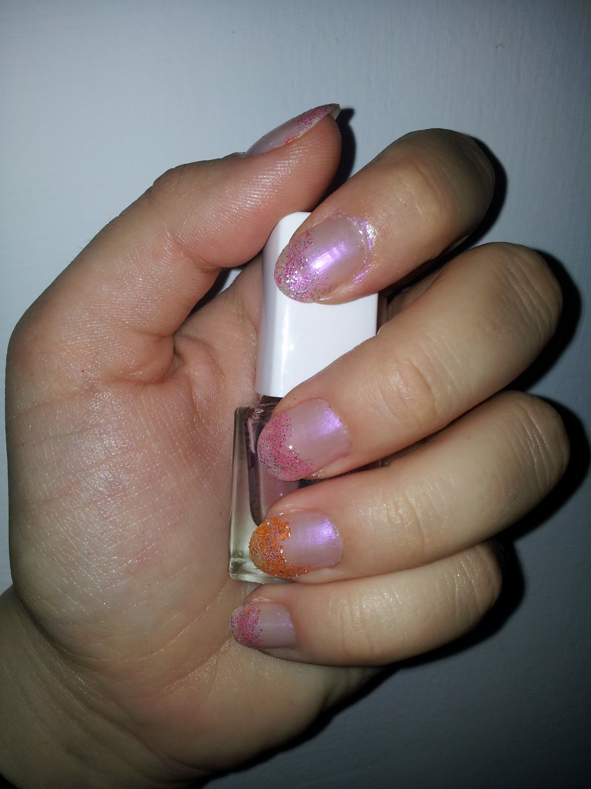 Delikatny manicure - róż z brokatem
