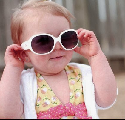 Gambar foto bayi manis memakai kacamata