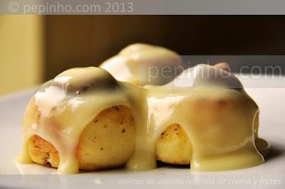Rollitos de vainilla y crema con frutas confitadas y cobertura de queso