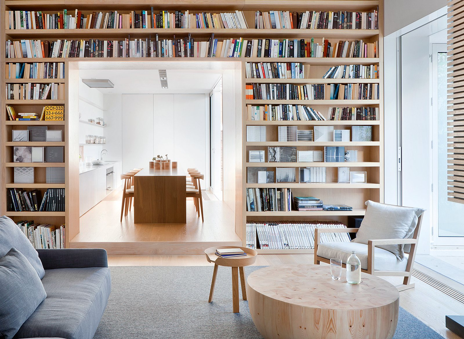 Decoraci n de un interior contempor neo y minimalista con for Casa minimalista interior blanco