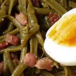 Salade tiède de haricots verts aux lardons et oeuf mollet