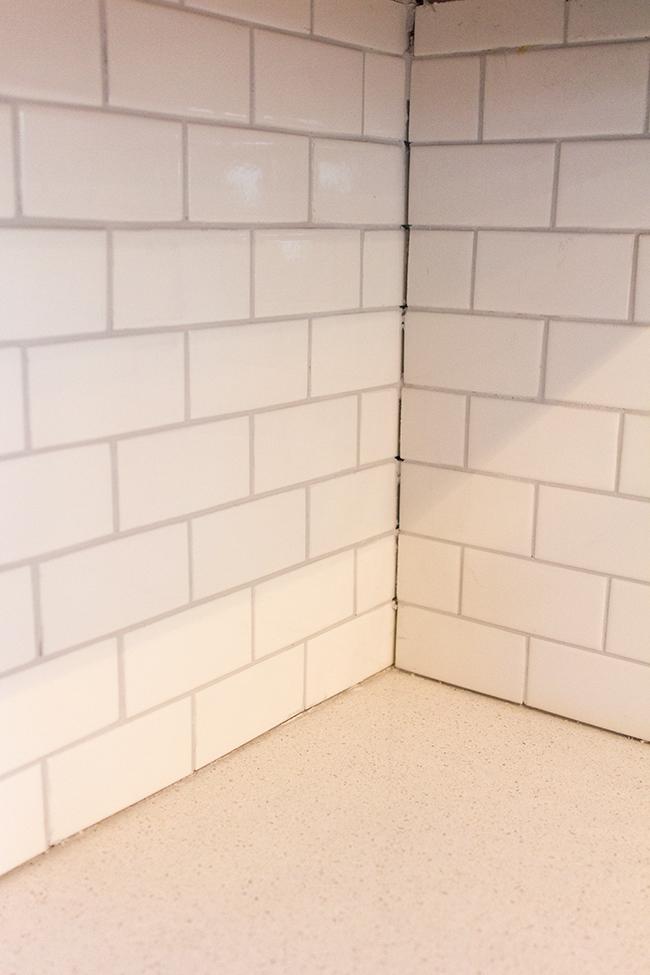 Kitchen countertop grout caulking caulking bathroom tiles for Caulking kitchen cabinets