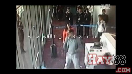 Quan chức Trung Quốc nổi loạn, đập phá tại sân bay 2