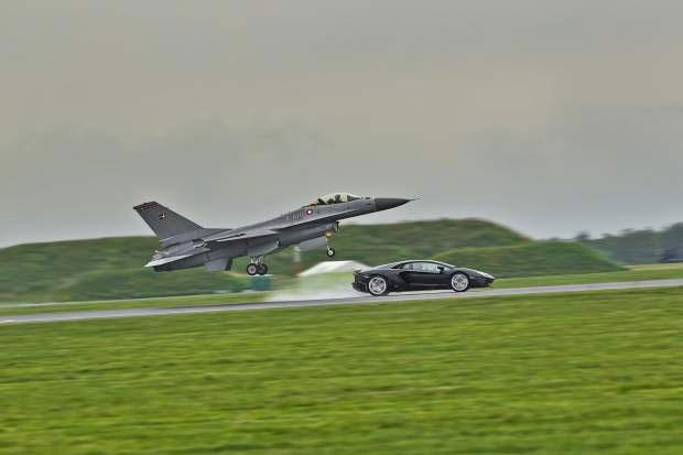 Adu Kecepatan Lamborghini Vs Jet Tempur F16