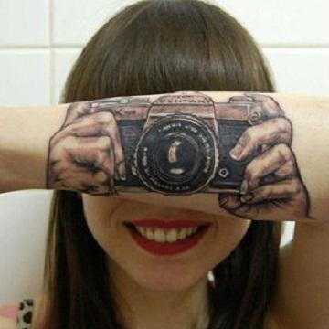 Jovem holandesa mostra tatuagem de câmera que cria 'ilusão de ótica'