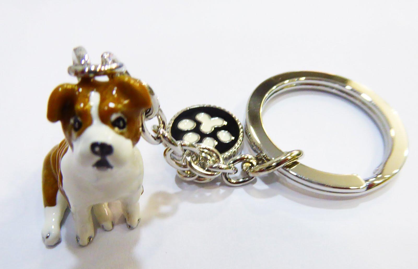Llavero de acero y porcelana con la figura de un perro