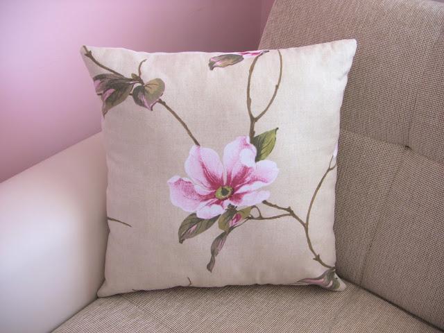 pembe çiçekli yastık