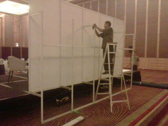 Jual Sewa Partisi Pameran R8, Stand, Booth, Panel Foto, Fitting Room, Sekat Partisi, Meja dan Lemari Partisi