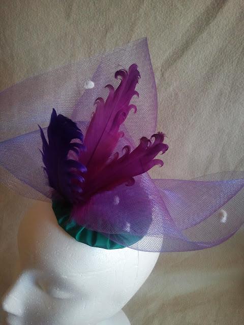 crin, plumas, tocado, morado, verde, barato, elegante, económico, eventos, bodas, invitadas