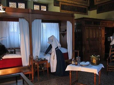 O hospital foi criado pelo cristianismo e desenvolvido no Idade Média pelas órdens hospitalres (primeiro as militares). Na foto Hospital de Beaune, França, medieval