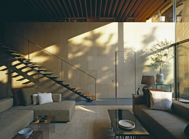 Zeitlos klassische Einrichtung zum entspannten Wohnen in angenehmen natürlichen Materialien und Farben: Wohnzimmer