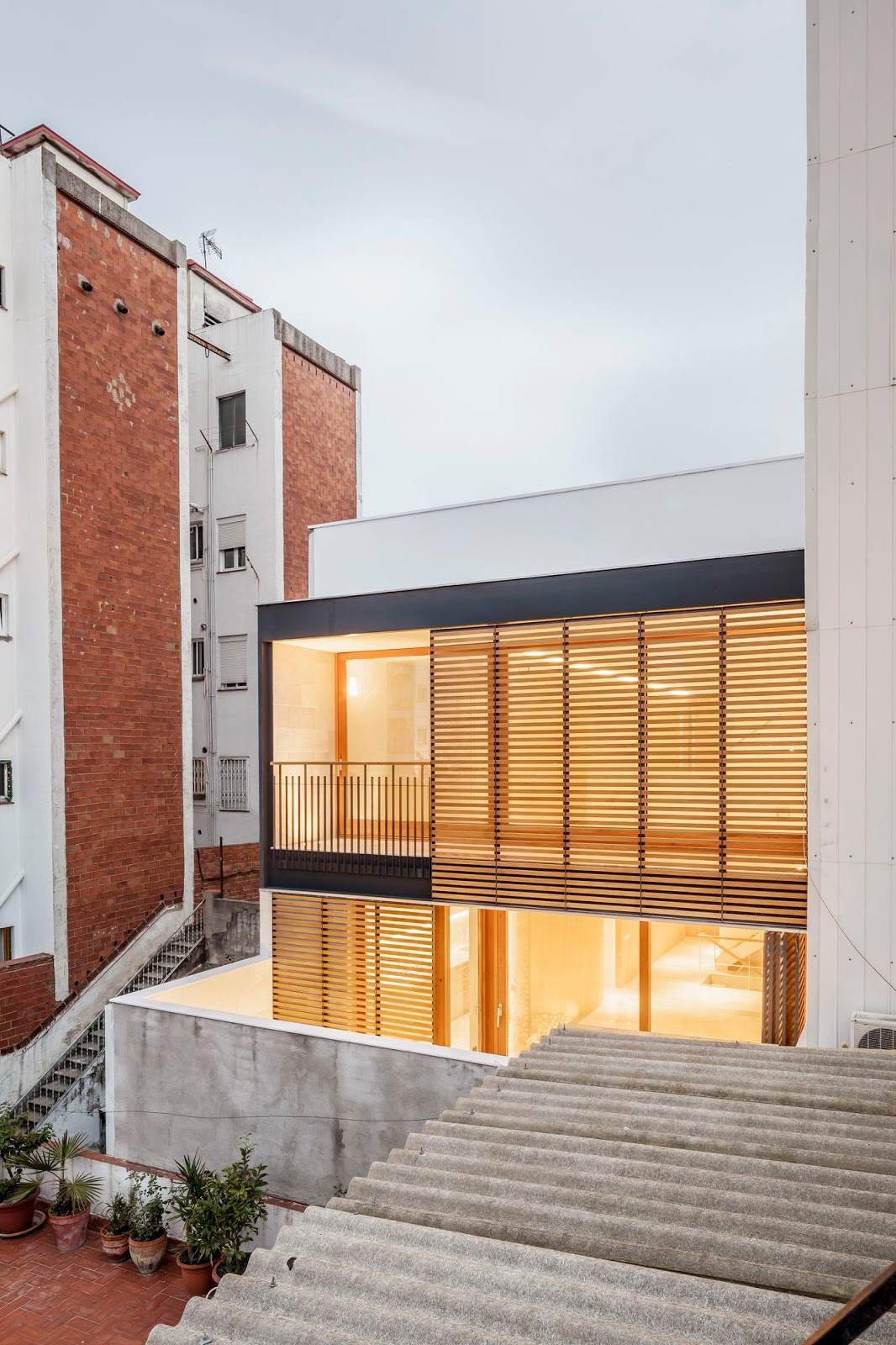 A f a s i a alventosa morell arquitectes for Moderne rijwoning