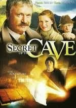El secreto de la cueva Young Roy Wallace es pasar su vacaciones de verano en un pequeño pueblo irlandés la medida lejos de su familia en los Estados Unidos. En esta extraña tierra, inexplicables acontecimientos comienzan que se produzcan y los rumores de fantasmas barrido por el pueblo. Decididos a resolver el misterio y refutar la superstición de los aldeanos. Roy pone en un detective sombrero y toma el caso. Lo que aprende se convierte en una lección para todo el mundo cuando él descubre el asombroso secreto de la Cueva .