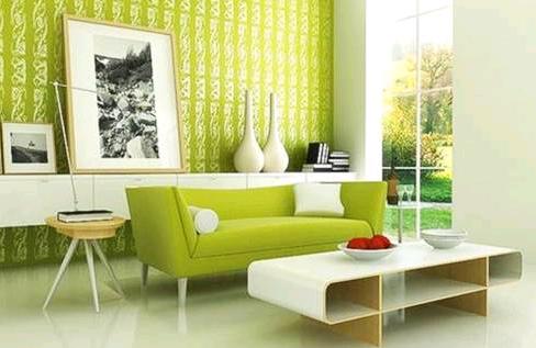Il divano verde e la madia bianco lucido donano luminosità alla stanza