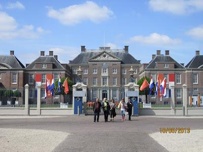 Fotografia dos participantes à porta do Palácio Het Loo