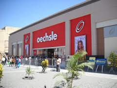 Consumidores acudiendo a un centro comercial