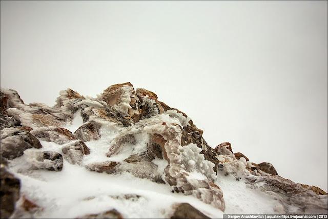 Вид этих камней дает все представление о той погоде, которая была в этот день в этом месте. Обледенелые наносы снега и капель воды, застывшие  немыслимые узоры, отшлифованные сильным ветром