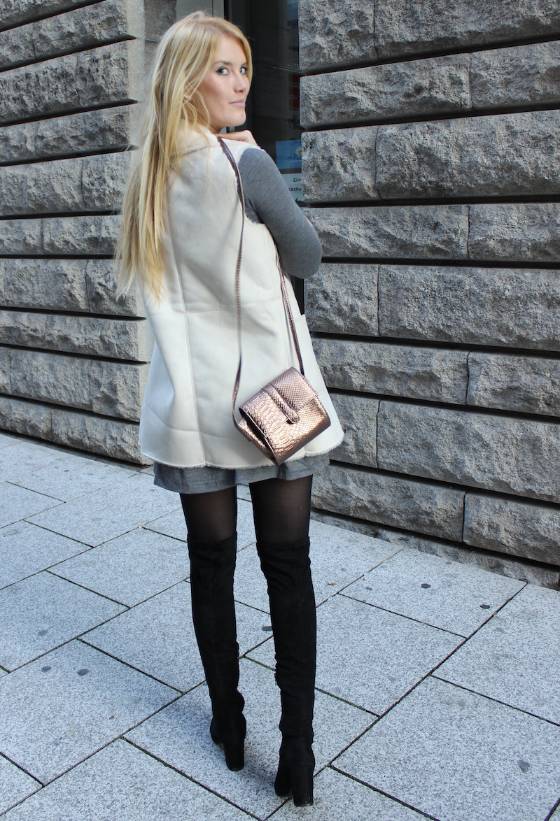 Outfit Look How to Style Mode Festtage Weihnachtsoutfit Fellweste Shirtkleid Overknees schwarz