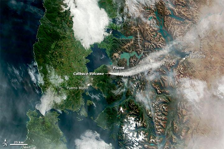 Núi lửa Calbuco phun trào khi nhìn từ không gian. Bản quyền hình : NASA Earth Observatory.