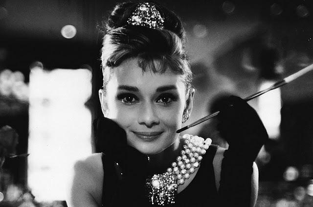 Cómo hacer un peinado al estilo Audrey Hepburn [FOTOS