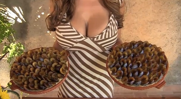 Jordan Carver Makes a Plum Cake Video