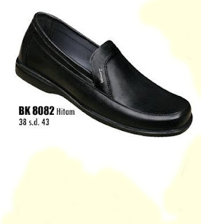 Toko sepatu online terpercaya yang Jual sepatu kerja pria berbahan kulit dengan harga murah seri BK8082 warna hitam ukuran 38 sd 43