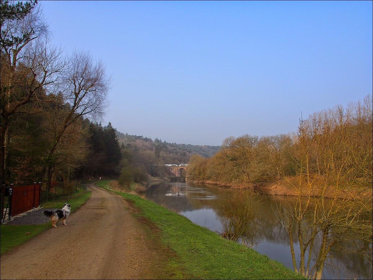 Le chemin de halage le long de la Vilaine passe sous le viaduc de Corbinières