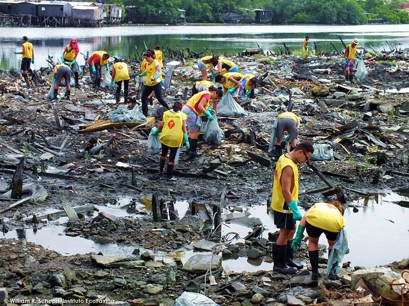 Voluntários retiraram 928 quilos de resíduos da área onde houve incêndio de palafitas em ação realizada no mês passado. Só de plástico foram retirados 719 quilos.