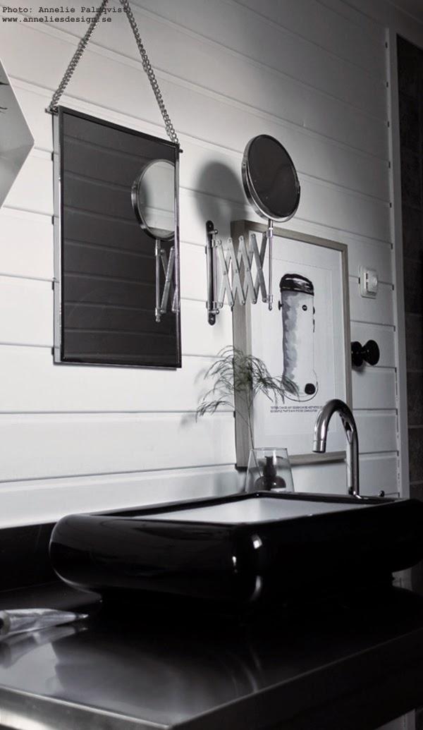 tavlor, tavla, konsttryck, spegel, speglar, badrumsinredning, inredning i badrummet, poster, posters, konst, art, artprint, artprints, prints, tavlor till badrummet, badrum, svart och vitt, svartvita, vitt, vita, lilla bruket, grön kvist i vas, panel, svart handfat, vattenkran, rostfri, rostfritt,