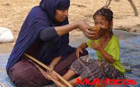 Criança sendo alimentada na Mauritânia
