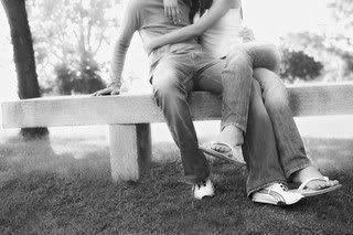 Zaljubljeni par na klupi u parku ljubavne slike