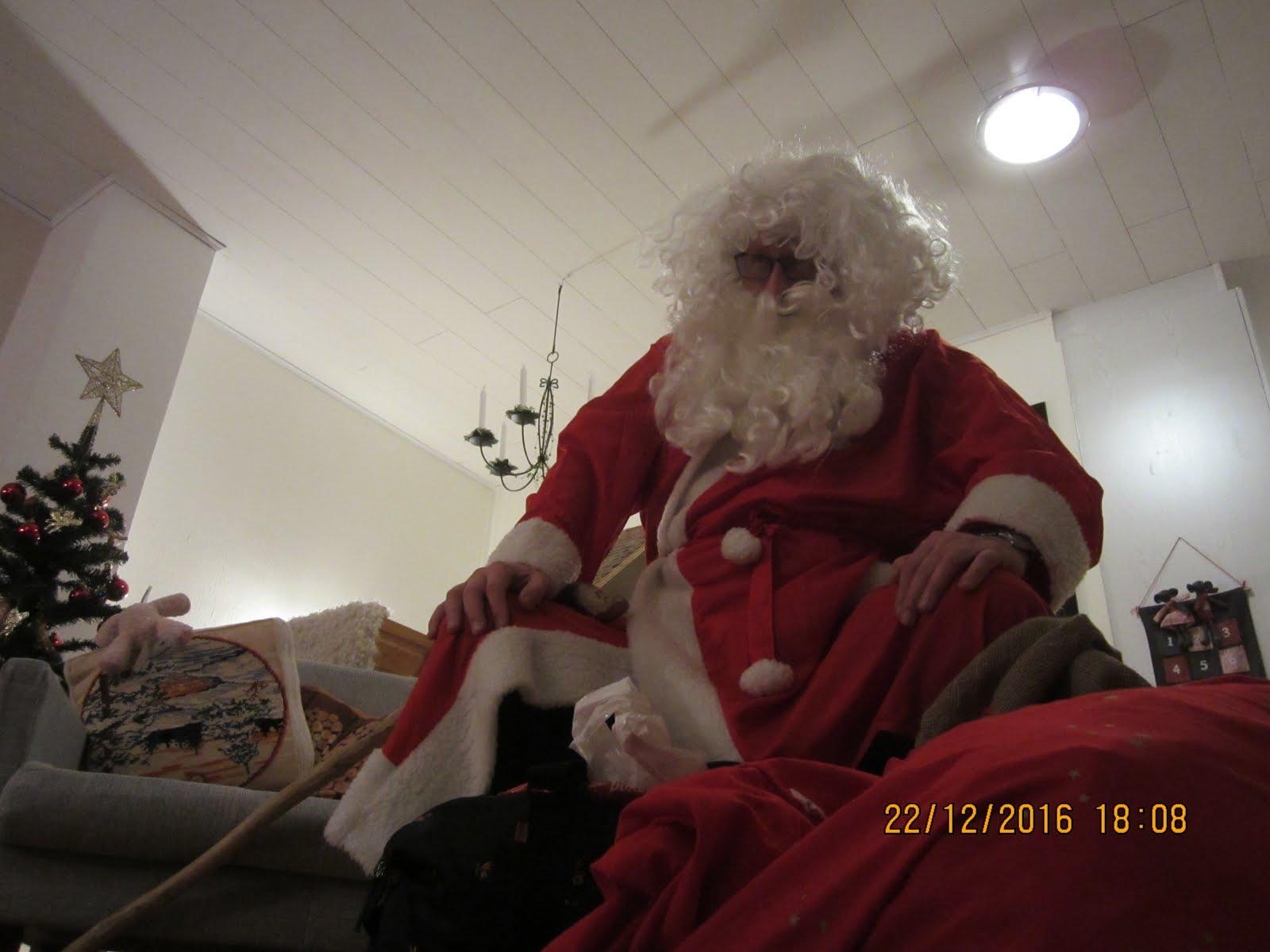 Tamperelainen tukeva iso joulupukki luo lasten kilttien isolla parralla ja peruukilla kun sovitaan