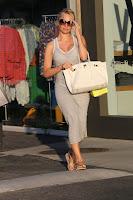 Pamela Anderson putting og sunglasses