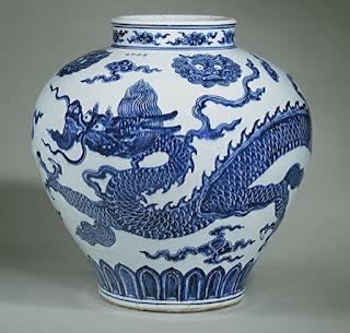 KINESISKT PORSLIN En blå-vit drak-urna från Xuande perioden (1426-1435), Ming dynastin. Urnan bär period märket Xuande som överens stämmer med datering av urnan.