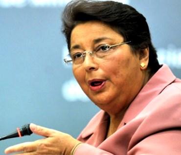Beatriz Merino hablando puesto sus lentes