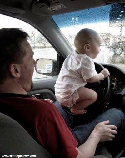 Image bébé drôle en voiture