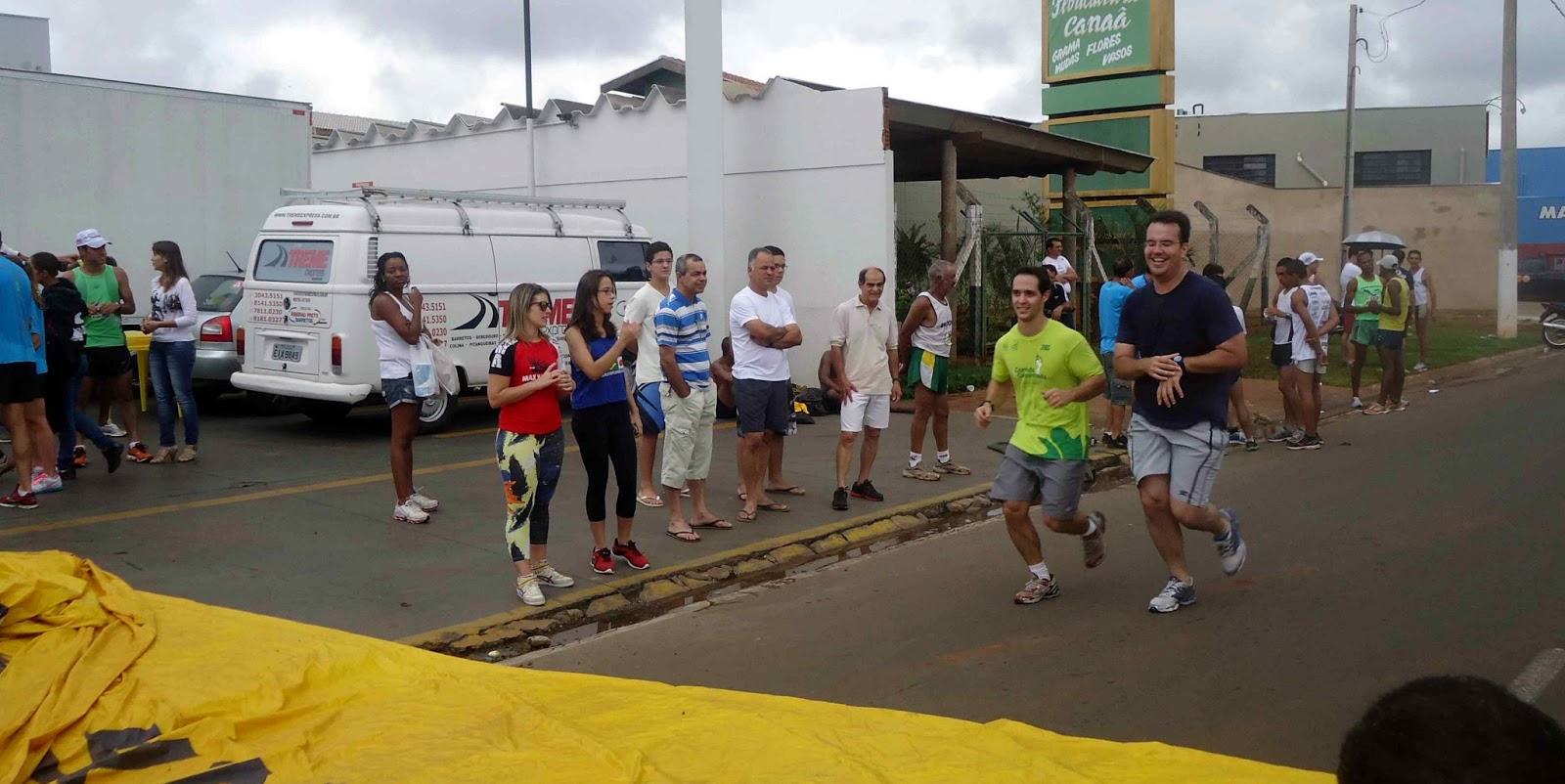 Foto 179 da 1ª Corrida Av. dos Coqueiros em Barretos-SP 14/04/2013 – Atletas cruzando a linha de chegada