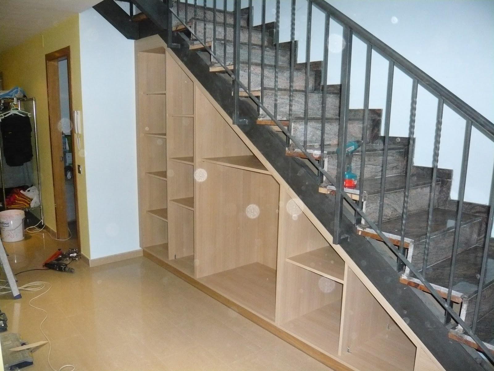 Reuscuina mueble bajo escalera de roble for Muebles bajo escalera fotos