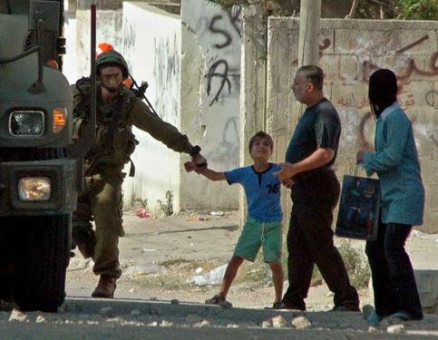 soldado terrorista israelense prende menino e pai tenta livra-lo