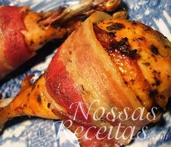 receita de coxas de frango preparadas com bacon fatiado